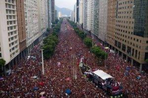 Torcedores lotam av. Presidente Vargas no Rio